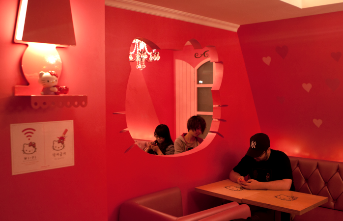 Clientes reflectem no restaurant dedicado a Hello Kitty.