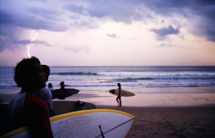 Um grupo de surfistas prepara-se para entrar no mar.