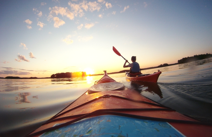 "Um casal faz ""kayaking"" através dos lagos da Finlândia."