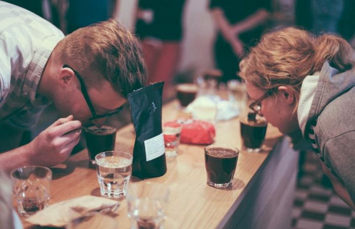 Especialistas em grãos de café cheiram café acabado de torrar