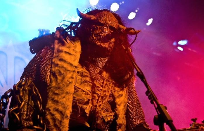 Um membro mascarado dos Lordi deslumbra o público num concerto.