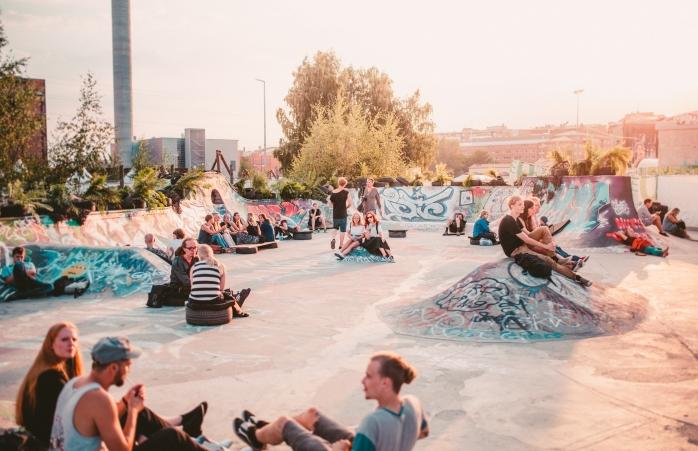 Um grupo de jovens a descontrair num skate park durante o Flow Festival.