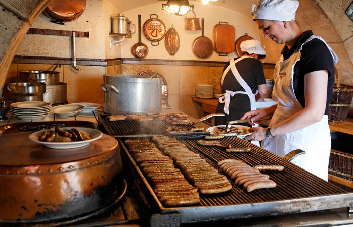 Entra na Meca das salsichas no Wurstkachl.