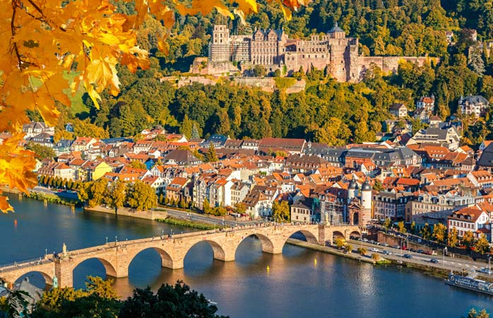 Espreita a vila de Heidelberg na Renânia, Alemanha/Germany/Deutschland/Alemania.