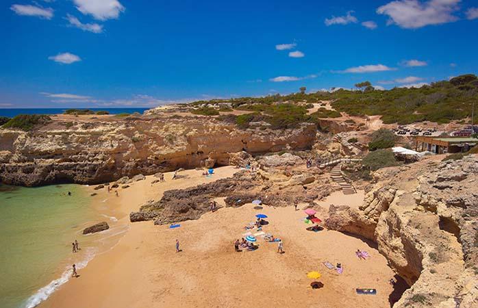 Aproveite um dia de praia relaxado na Praia do Albandeira Praia do Albandeira, Armacao de Pera, Algarve, Portugal