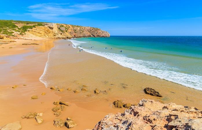 Surfistas na Praia do Zavial, Algarve, Portugal
