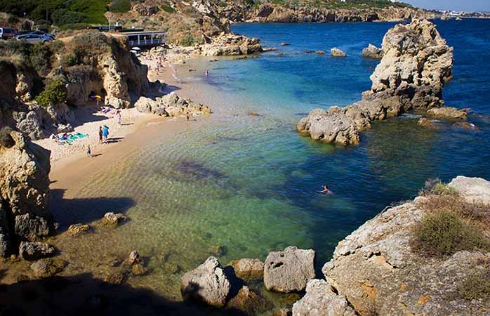 Escondida dos turistas esta é uma das melhores praias do Algarve. Praia dos Arrifes