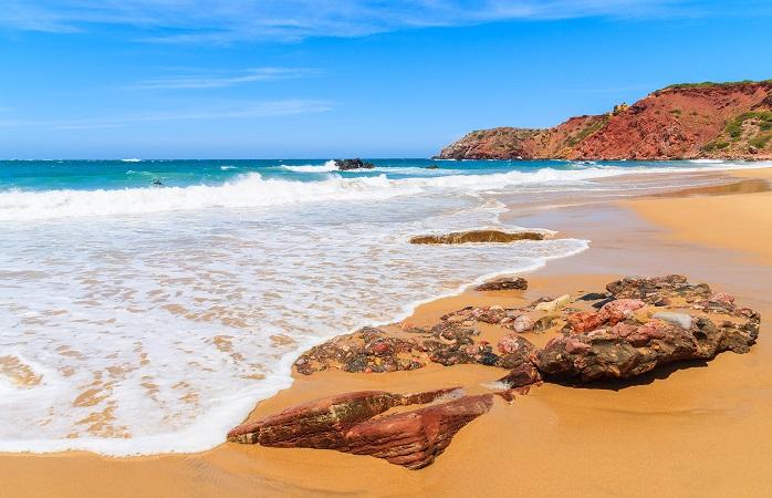 Mar e rochas na praia vizinha, Praia do Amado. Algarve, Portugal