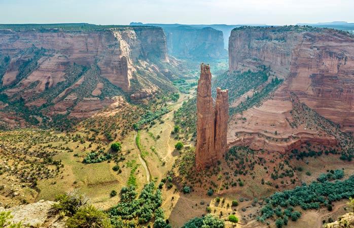 A Spider Rock ergue-se solitária no meio do colossal Canyon de Chelly