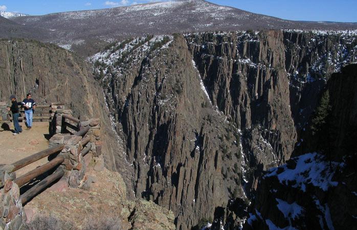 Encara a vastidão escura do Black Canyon