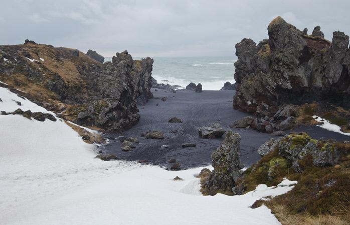 A praia de areia preta de Djúpalónssandur parece algo assombrada fraças às suas formações rochosas peculiares