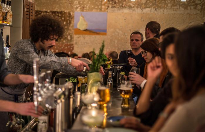 Com sede de um cocktail audaz num restaurante parisiense com ambiente de Brooklyn? É só perguntar ao Amine © Antoine Motard