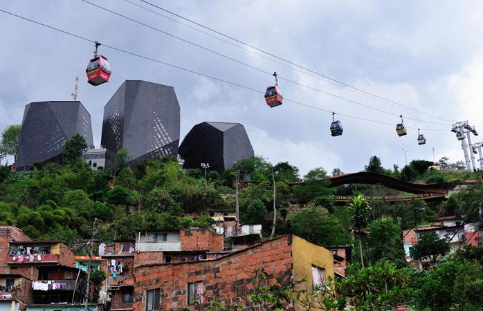 Aventura-te – apanha um teleférico até à Comuna 1 de Medellín e visita o Parque Biblioteca España