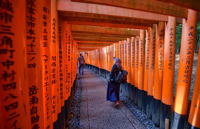 Os portões torii que levam até ao Altar Fushimi Inari