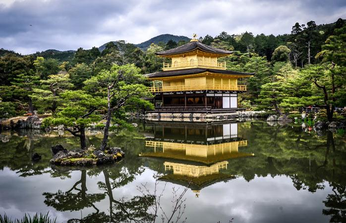 Um dos edifícios mais famosos do Japão, o majestoso templo zen budista Kinkaku-ji está coberto em folha de ouro