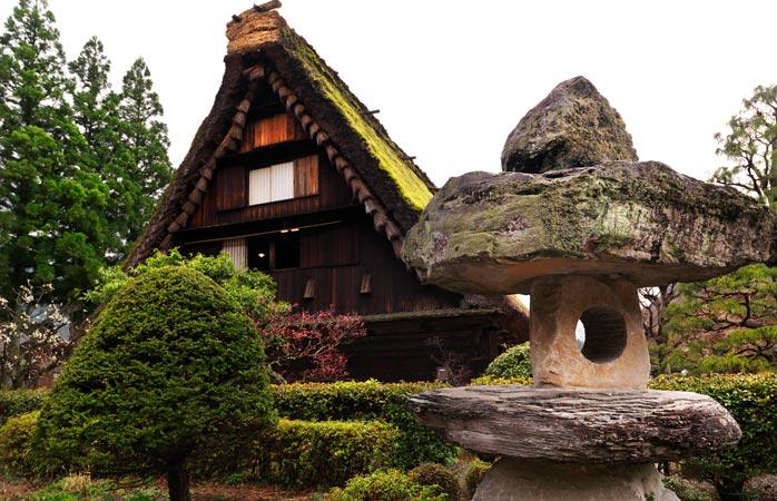 Uma casa tradicional de telhado de colmo na aldeia de Gassho