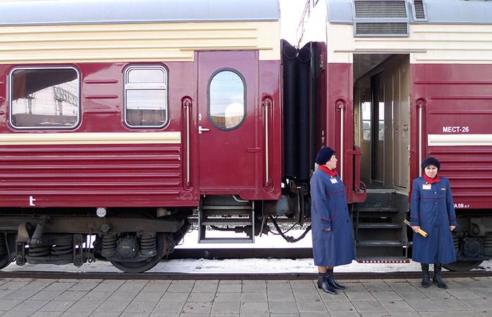 Provodnitsas – hospedeiras em frente ao comboio Transiberiano