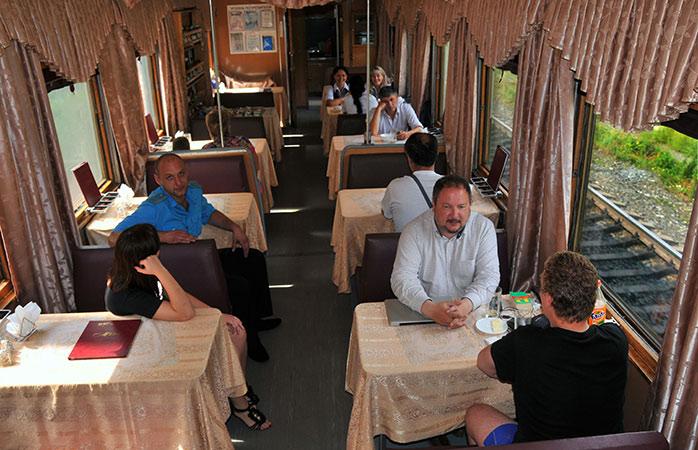 Prova comida russa no vagão-restaurante da segunda classe do comboio Transiberiano