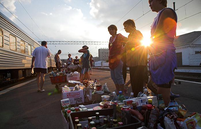 Abastece-te de snacks na plataforma de uma das estações