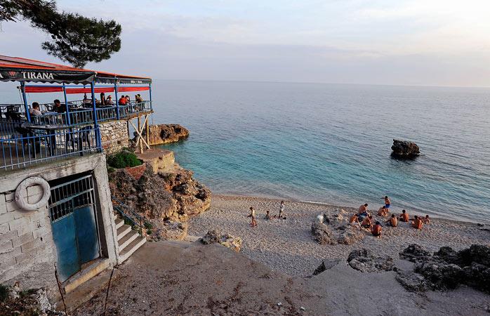 Confraterniza com os habitantes locais na praia de Dhërmi
