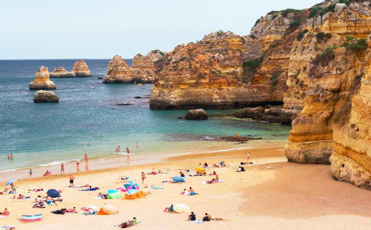 Praias no Algarve: 6 destinos a visitar neste Verão