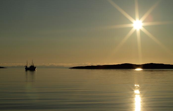 O sol da meia-noite visto da Praia Mjelle
