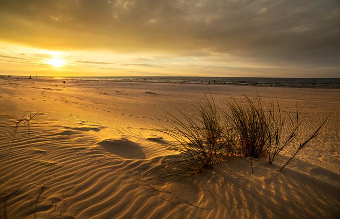 Um espectáculo memorável: o pôr-do-sol na praia no Parque Nacional Słowiński