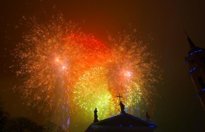 Um colorido Ano Novo madruga na Cidade Velha de Vilnius