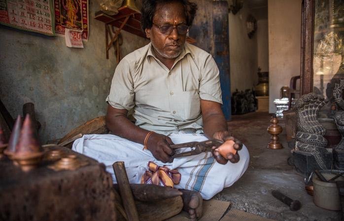 Um artesão no seu atelier em Jaffna © Natalie Soysa