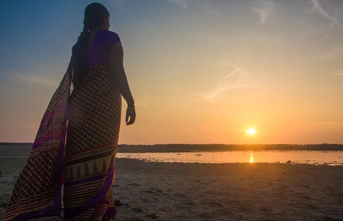 Mulheres de sari a ver o sol nascer © Natalie Soysa