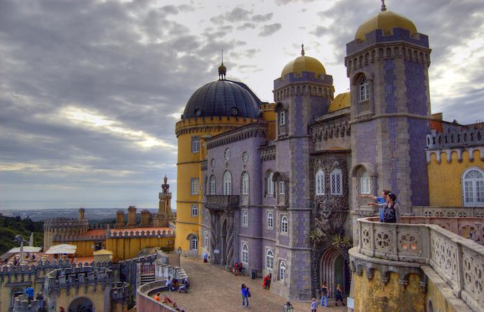 As múltiplas cores do Palácio da Pena na Serra de Sintra