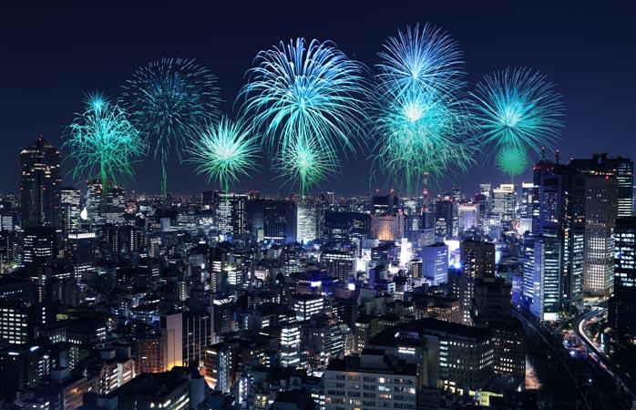 A metrópole moderna de Tóquio, banhada numa tela de cor na Véspera de Ano Novo