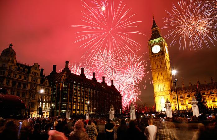 O Big Ben pintado em tons vermelhos na véspera do Ano Novo