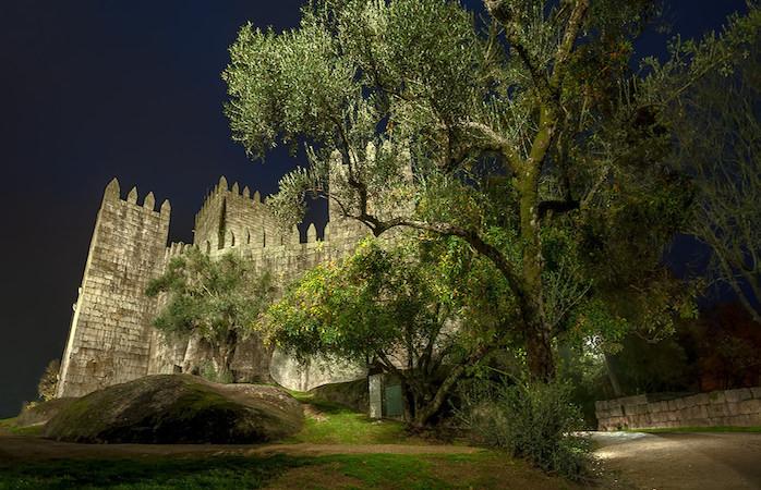 O Castelo de Guimarães à noite não deixa de ser encantador