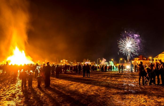 A multidão encontra-se num parque nacional em Reykjavik para começar a festa de Ano Novo.