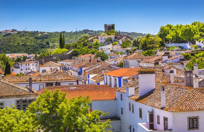 A muralha do Castelo de Óbidos e a sua cidadezinha medieval