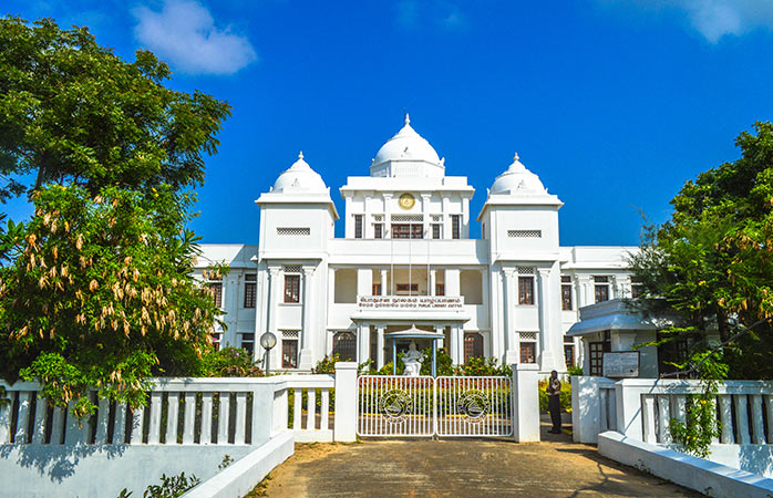 Tal como as pensões, a Biblioteca Pública de Jaffna é uma lembrança do passado colonial