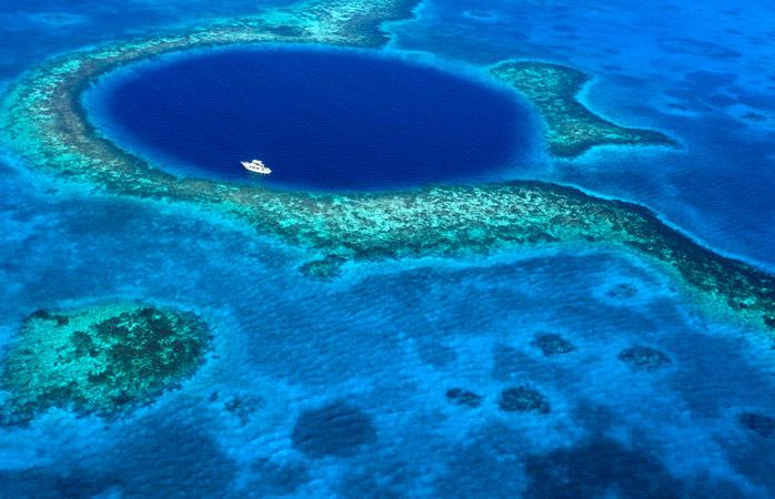 O Grande Buraco Azul do Belize, visto de cima em todo o seu esplendor