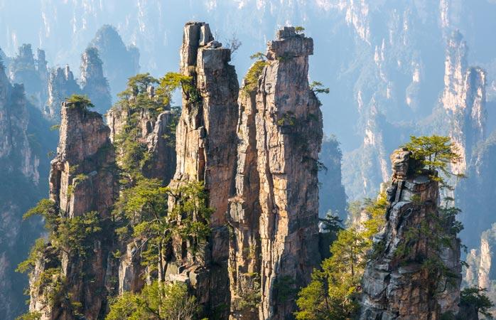 É na província Hunan da China que encontras estas imponentes torres rochosas