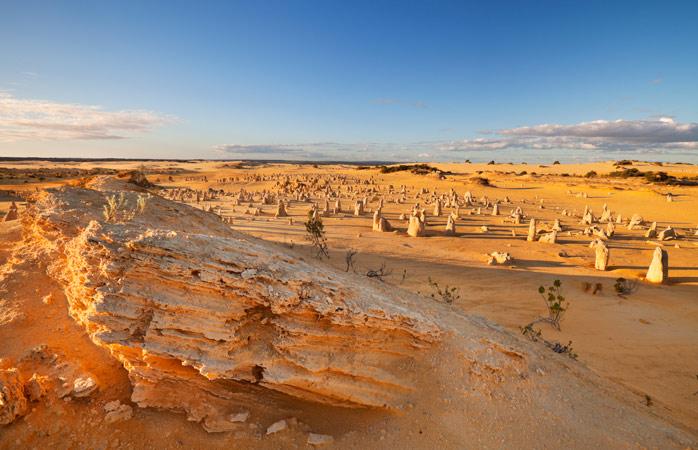 Os Pináculos no Parque Nacional Nambung erguem as suas cabeças ao sol implacável há milhões de anos