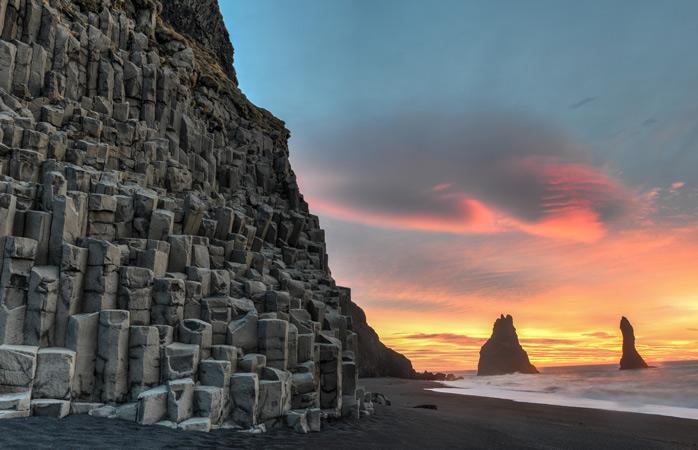 As praias existem em todos os tamanhos e feitios. Experimenta a praia de areia negra Reynisfjara na Islândia