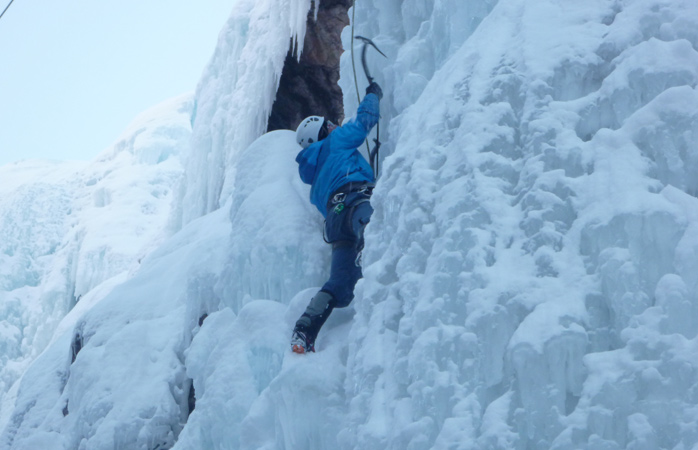 Sentes-te aventuroso? Experimenta escalada no gelo