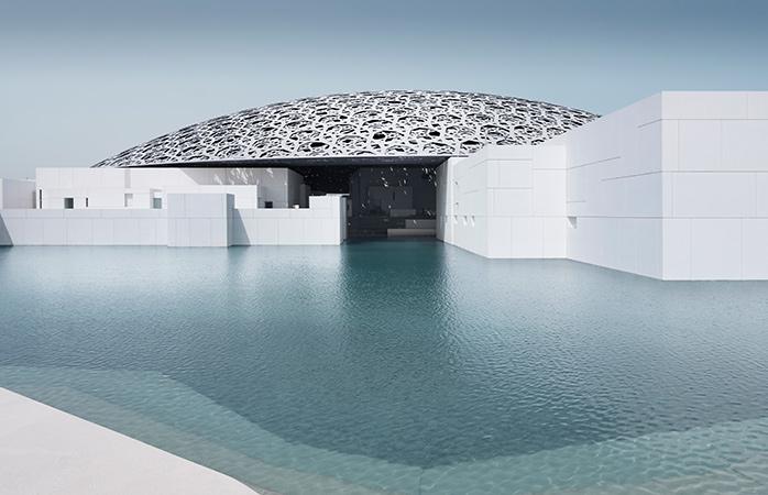 O futurista Louvre Abu Dhabi