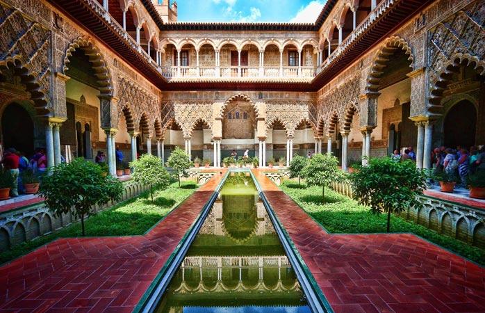 O Alcázar, o palácio real de Sevilha, é um dos melhores exemplos de arquitetura Mudéjar