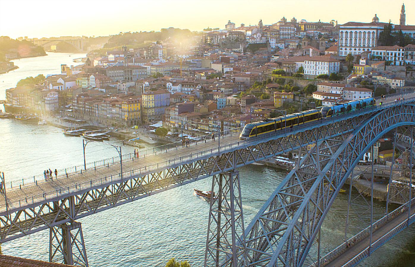 Do miradouro da Serra do Pilar em Gaia, vê-se o Porto, a Torre dos Clérigos e a ponte D. Luís