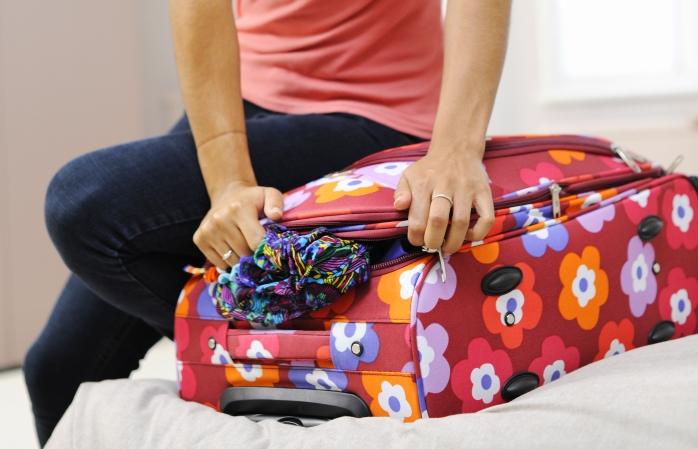 Decidir o que levar numa viagem é manhoso, mas encher demasiado as malas nunca é boa ideia