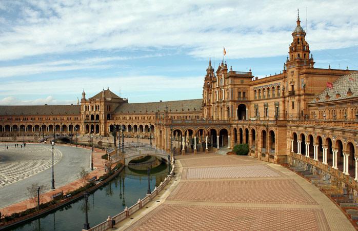 A Plaza de España é do tamanho de cincos campos de futebol, um dos marcos mais impressionantes de Sevilha