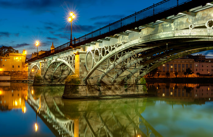 A Ponte Isabel II liga a cidade ao colorido bairro de Triana, onde encontras bons bares de tapas e restaurantes em Sevilha