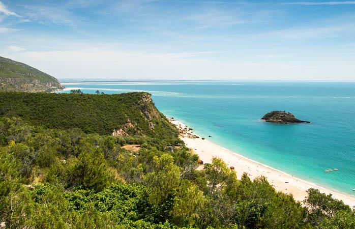 A vista do Portinho da Arrábida - praia pertencente ao Parque Natural da Arrábida.