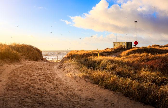 Blåvand na Dinamarca é o local ideal para ir acampar com a família toda. Quem não quereria desfrutar de uma praia como esta?